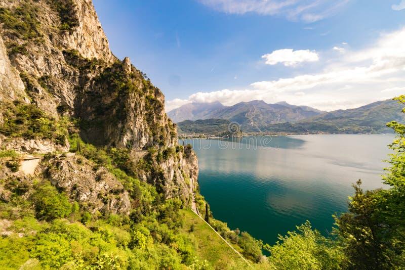 Panorama della polizia splendida del lago circondata dalle montagne immagine stock