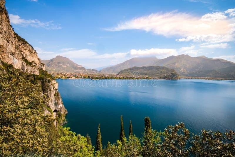 Panorama della polizia splendida del lago circondata dalle montagne immagini stock libere da diritti