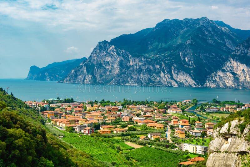 Panorama della polizia splendida del lago circondata dalle montagne in Riva del Garda, Italia Lago Garda Italia immagine stock libera da diritti