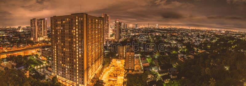 Panorama della scena della città a Bangkok durante la notte immagine stock