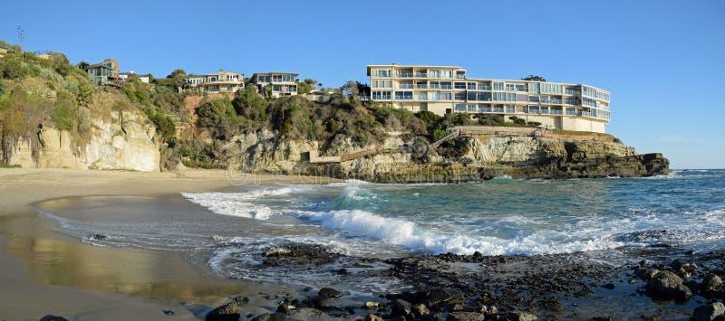 Panorama della spiaggia ad ovest in Laguna Beach del sud, California della via fotografia stock libera da diritti