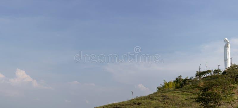 Panorama della statua di Cristo del Rey di Cali con cielo blu, Colombi fotografie stock libere da diritti