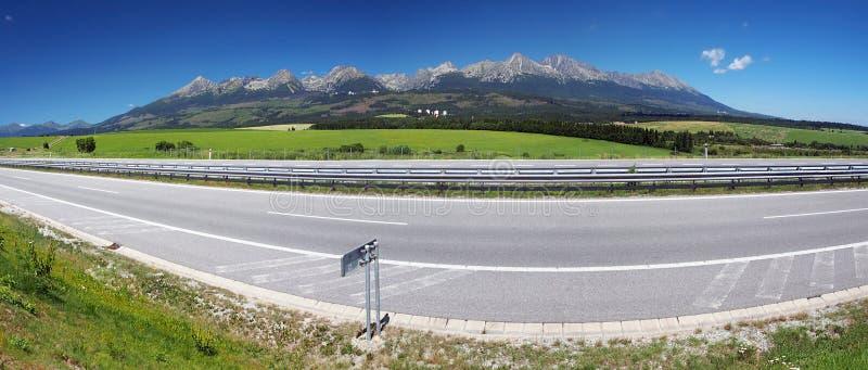 Panorama della strada principale e di alto Tatras fotografie stock