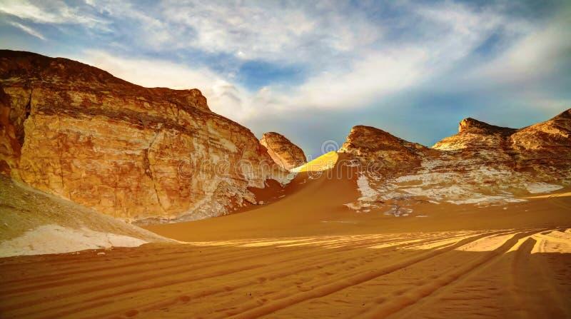 Panorama della valle EL-Agabat in deserto bianco, Sahara, Egitto immagini stock
