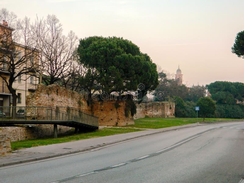 Panorama della via di sera nella vecchia città di Rimini L'Italia Vista di vecchia via fotografia stock