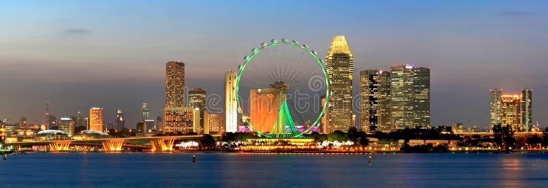 Panorama della vista di notte della città di Singapore fotografie stock
