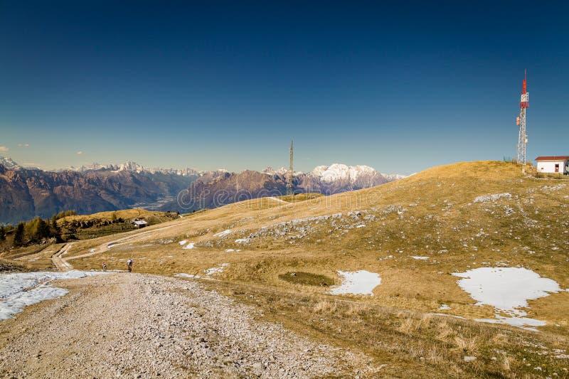 Panorama delle montagne con cielo blu immagini stock libere da diritti