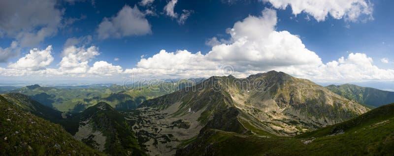 Panorama delle montagne di estate immagini stock libere da diritti