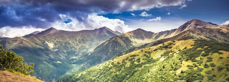 Panorama delle montagne di Tatra sotto nuvole nevicate con picchi impressionanti: Wolowiec, Lopata, Starobocianski Wierch, Czubik immagini stock libere da diritti