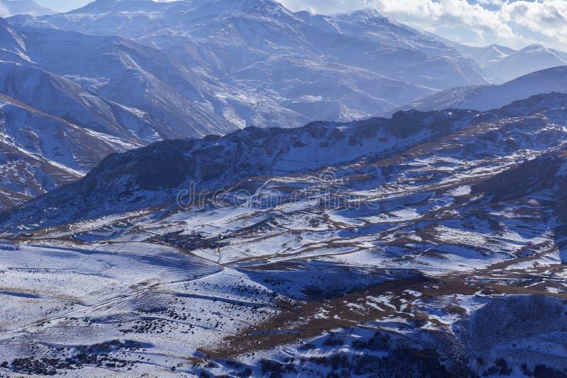 Panorama delle montagne innevate fotografia stock