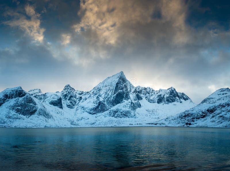 Panorama delle montagne innevate in Norvegia, isole di Lofoten fotografia stock