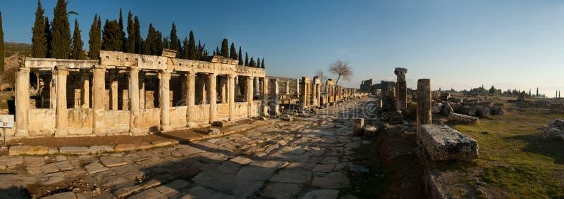 Panorama delle rovine della città antica, colpo al tramonto contro il cielo blu immagine stock libera da diritti