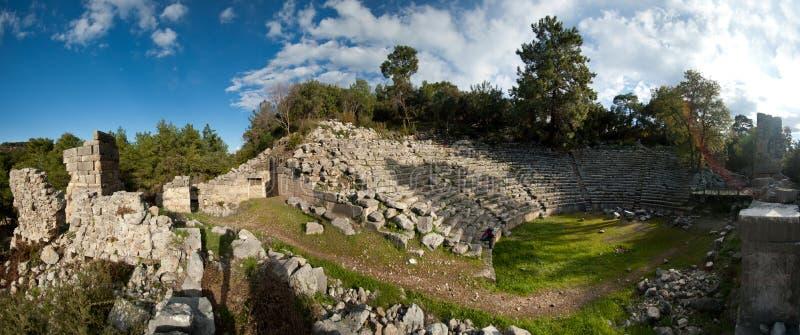 Panorama delle rovine di un anfiteatro antico sparato contro un cielo blu fotografie stock libere da diritti