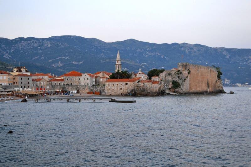 Panorama der alten Stadt in Budva Montenegro Schönes Stadtbild über blauem Meer am sonnigen Tag im Sommer Besichtigungszu besuche lizenzfreies stockfoto