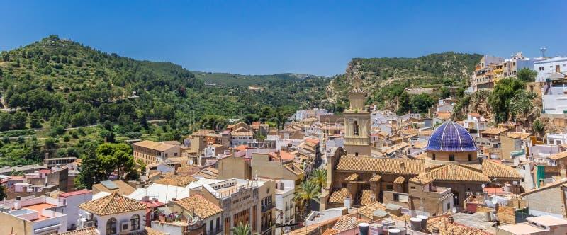 Panorama der alten Stadt von Bunol und von umgebenden Bergen stockfotografie