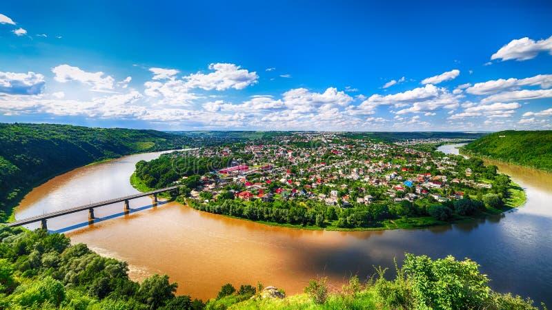 Panorama der Dnister-Flussschlucht Draufsicht der Stadt Zali stockfotografie