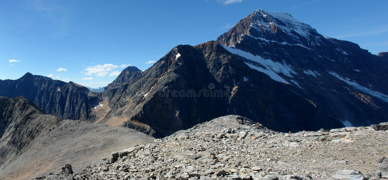 Panorama der felsigen Berge lizenzfreies stockbild