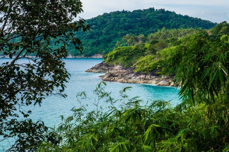 Panorama der felsigen Küstenlinien-, See- und Tropeninselnatur lizenzfreie stockbilder