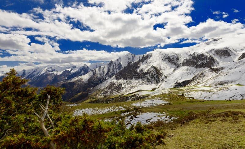 Panorama der französischen Pyrenäen-Berge stockfoto