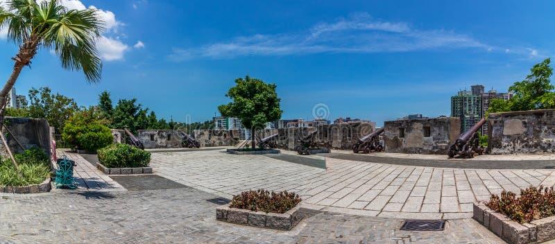 Panorama der Hauptverteidigungshochebene mit Replikkanone der Berg-Festung, Fortaleza Do Monte, innerhalb der Vegetation Santo An lizenzfreies stockbild