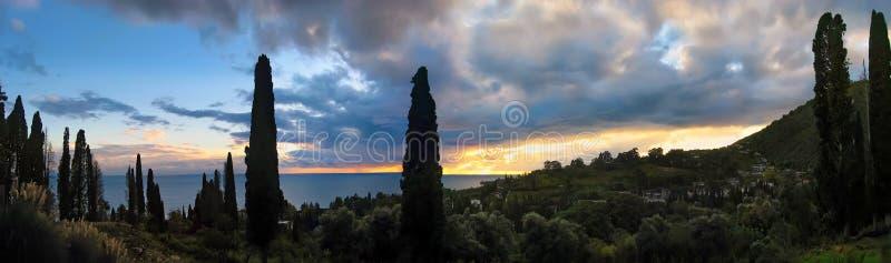 Panorama der Küste Schwarzen Meers bei Sonnenuntergang nahe der Stadt von neuem Athos Abchasien stockfoto