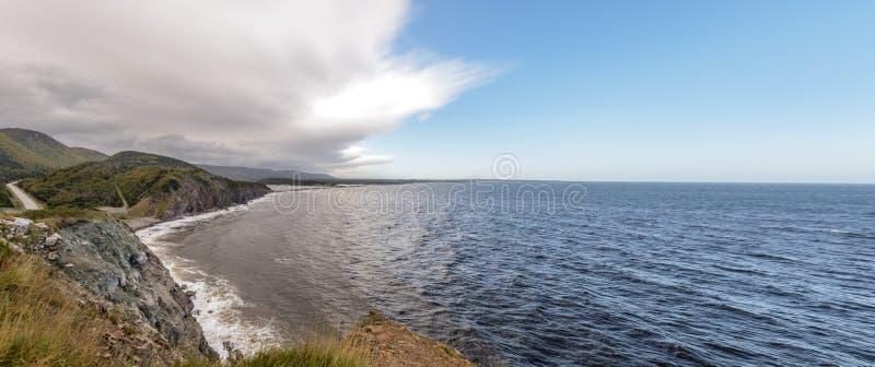 Panorama der Küstenszene auf Cabot Trail in Nova Scotia lizenzfreie stockbilder