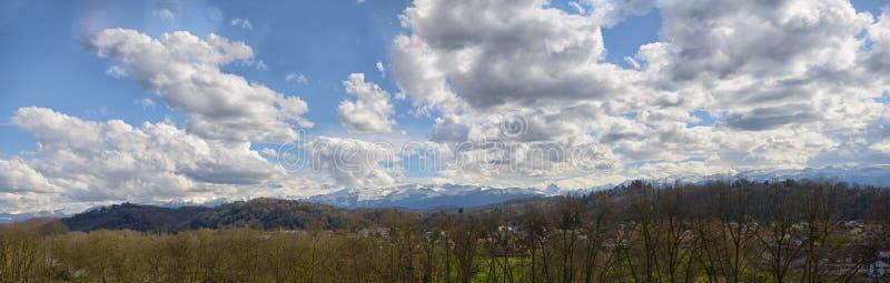 Panorama der Landschaft in den französischen Pyrenäen-Bergen stockfotografie