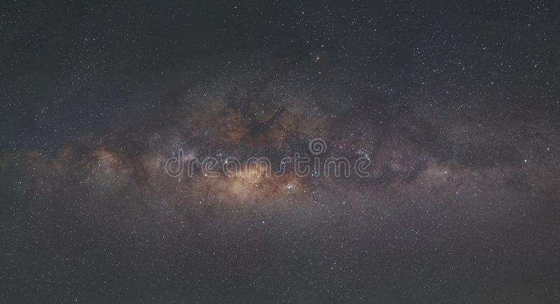 Panorama der Milchstraße-Galaxie mit dem Hintergrund des nächtlichen Himmels und der Sterne, in der Wüste stockbild