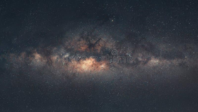 Panorama der Milchstraße-Galaxie mit dem Hintergrund des nächtlichen Himmels und der Sterne, in der Wüste lizenzfreie stockfotos