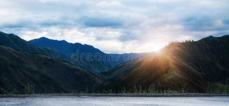 Panorama der mit einer Kappe bedeckten Berge in Altai-Republik, Russland lizenzfreie stockfotos