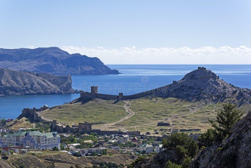 Panorama der mittelalterlichen Genoese Festung von der Steigung eines nahe gelegenen Berges stockfoto