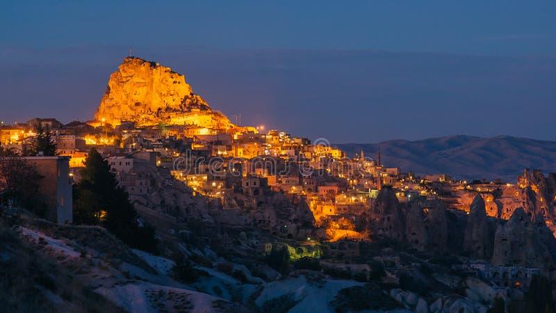 Panorama der Nachtstadt Uchisar stockfotografie