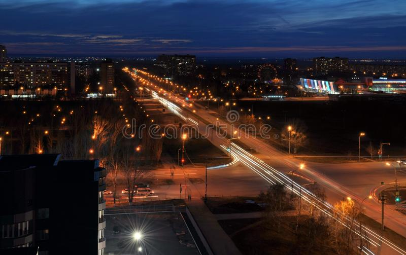 Panorama der Nachtstadt von Togliatti den Schnitt von Frunze- und Yubileinaya-Straßen übersehend stockfoto