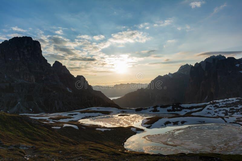 Panorama der Piani-Seen bei Sonnenaufgang Sesto Dolomites, Italien lizenzfreie stockfotos
