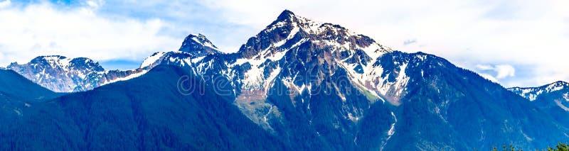 Panorama der Pyramide formte schroffe Spitze von Cheam-Berg oder Cheam-Spitze, die über Fraser Valley des Britisch-Columbia hochr stockbild