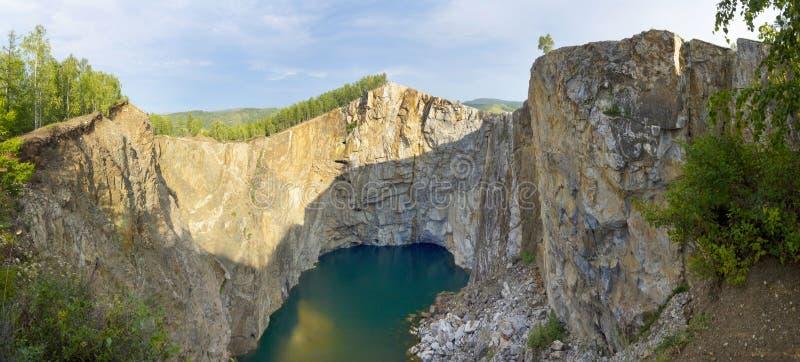 Panorama der Schlucht bildete sich durch den Einsturz des Felsens und des Füllens mit Grundwasser lizenzfreie stockfotografie