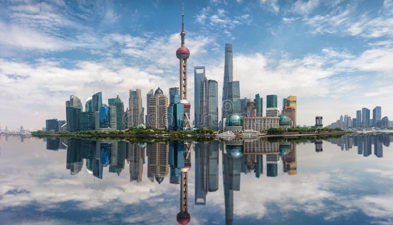 Panorama der Skyline von Shanghai an einem sonnigen Tag lizenzfreie stockfotografie