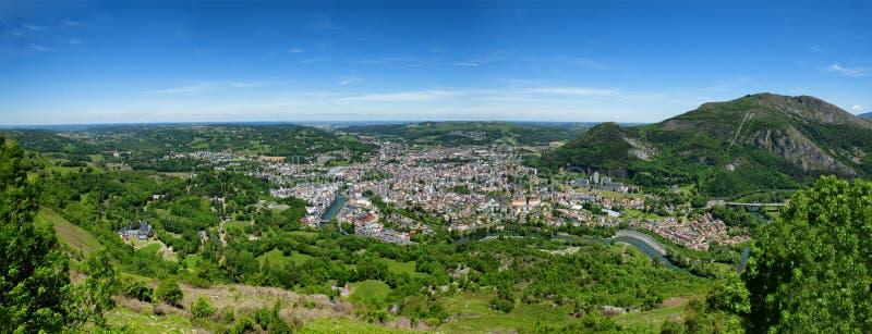 Panorama der Stadt von Lourdes, ber?hmt f?r seine Pilgerfahrt lizenzfreies stockbild