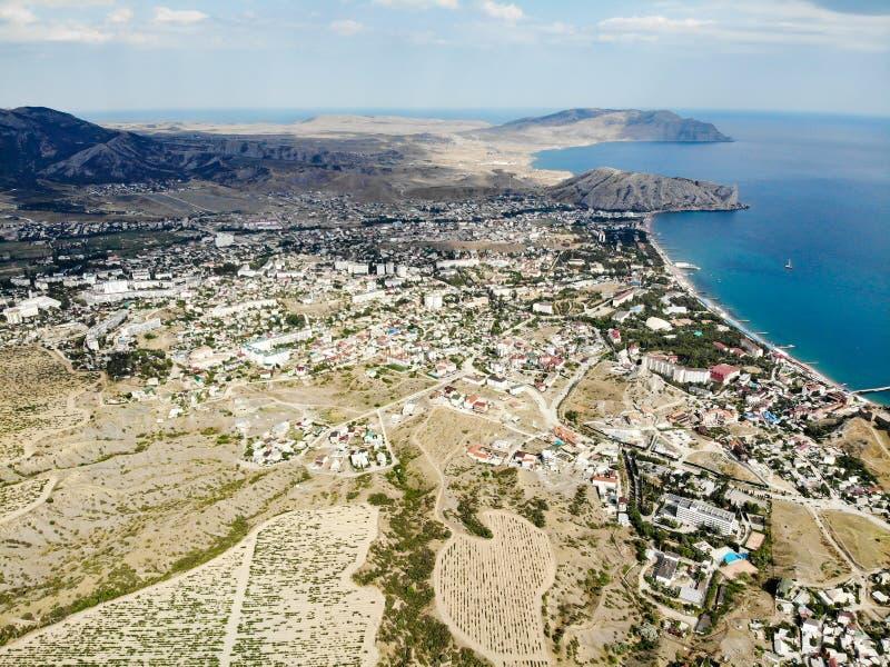 Panorama der Stadt von Sudak auf dem Schwarzen Meer Traubenfelder in den Bergen lizenzfreie stockfotos
