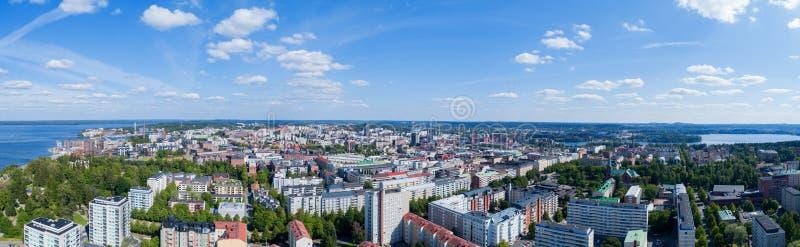 Panorama der Tampere-Stadt am sonnigen Sommertag Blauer Himmel und sch?ne Wolken lizenzfreie stockbilder