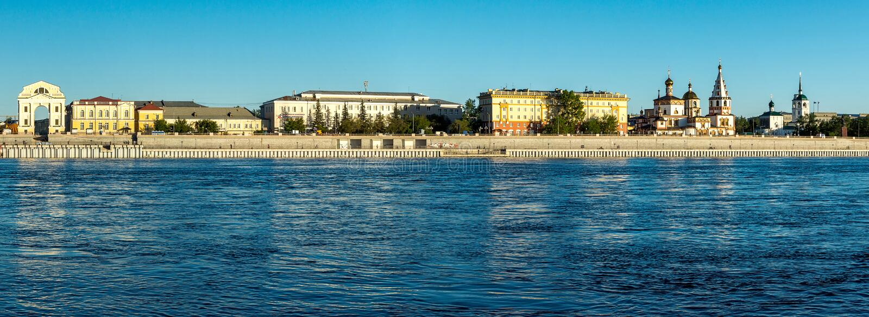 Panorama der Ufergegend in Irkutsk stockbilder