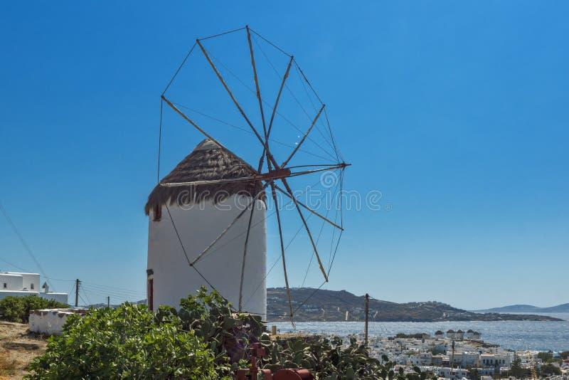 Panorama der weißen Windmühle und der Insel von Mykonos, Griechenland stockbilder