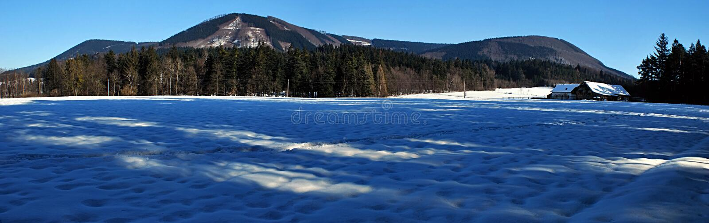 Panorama der Winterberge lizenzfreies stockbild