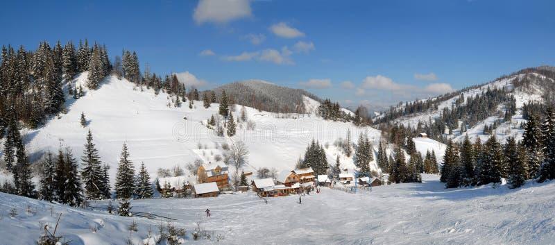 Panorama der Winterlandschaft von Karpaten lizenzfreie stockbilder