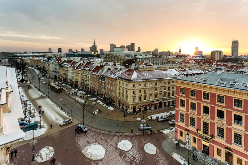 Panorama des alten Marktplatzes in Warschau, Polen, die Hauptstraßen, nach dem Schnee beaufsichtigend lizenzfreie stockfotos