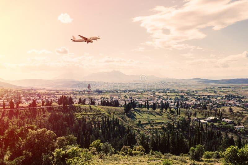 Panorama des banlieues de la ville grecque d'Athènes avec l'avion d'atterrissage au coucher du soleil photos libres de droits