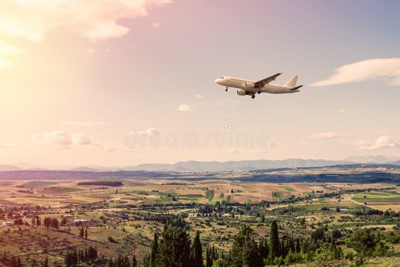 Panorama des banlieues de la ville grecque d'Athènes avec l'avion d'atterrissage au coucher du soleil images stock