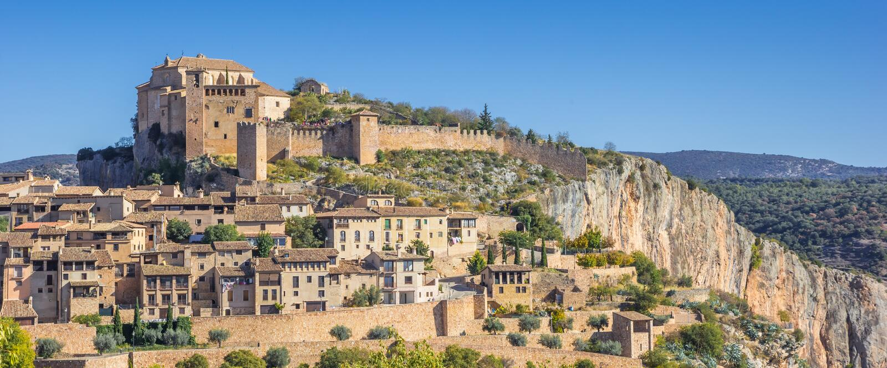 Panorama des Bergdorfes Alquezar in den spanischen Pyrenäen stockbild