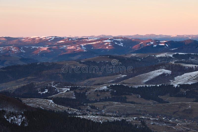 Panorama des collines de montagnes carpathiennes photographie stock