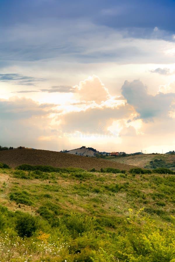 Panorama des collines toscanes vertes un jour l pluvieux et d'orage images libres de droits